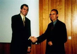2000  Gründung des TC Raidwangen als eigenständiger Verein mit 212 Mitgliedern und dem Vorsitzenden Walter Zeeb  2000  Glückwunsch an den Vorsitzenden Walter Zeeb (re.) des neugegründeten TCR durch Ortsvorsteher Matthias Ruckh (li.).